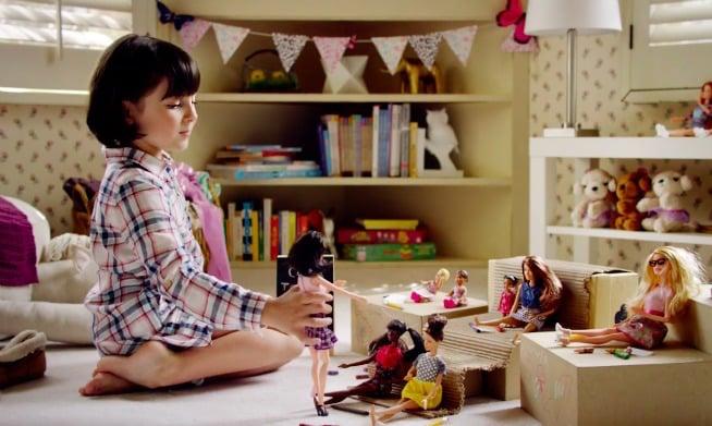 niña jugando con barbies