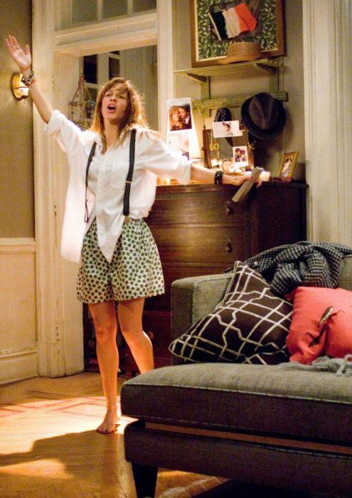 mujer cantando en ropa interior en casa