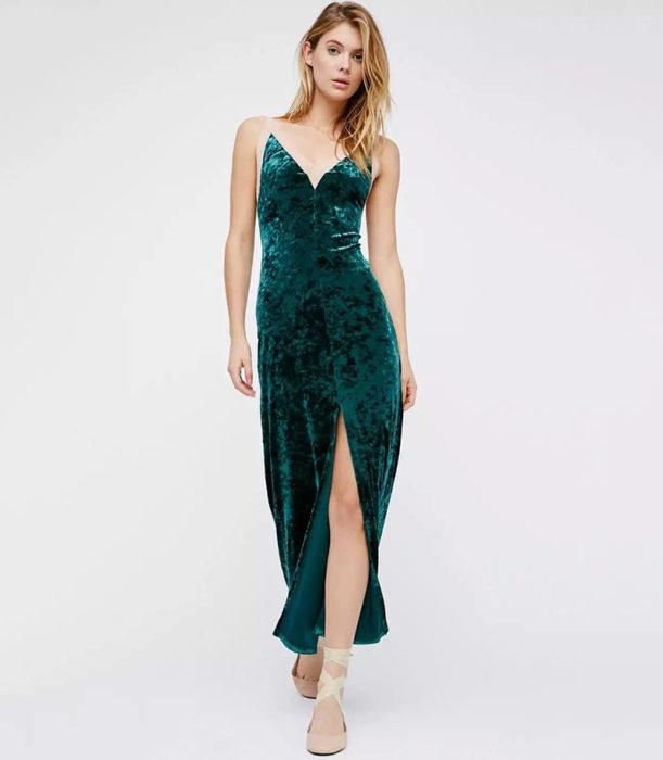vestido largo de color verde en terciopelo