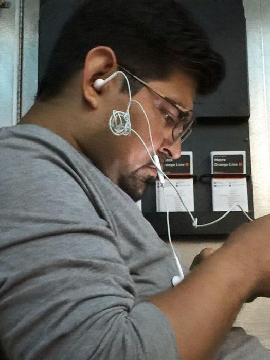 hombre con audífonos hechos nudo