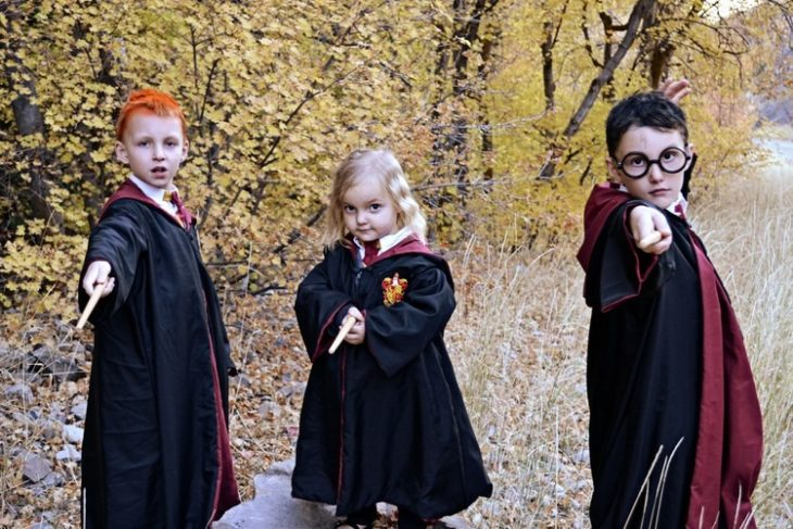 niños con capas de harry potter