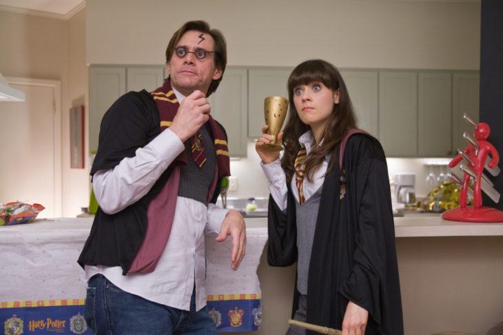 hombre y mujer disfrazados con uniforme colegial y lentes