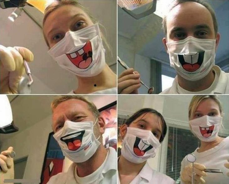 dentistas con cubre bocas y sonrisas