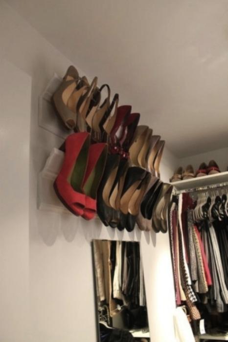 armario con ropa y tacones acomodados