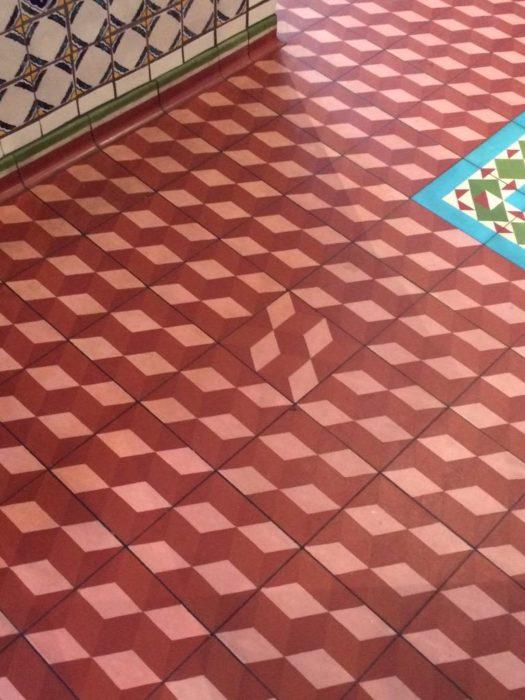 piso con mosaicos desorganizados