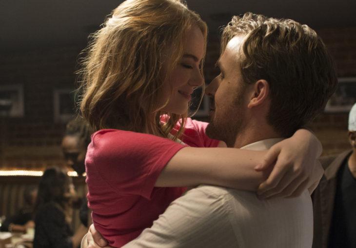 hombre abrazando a chica peliroja