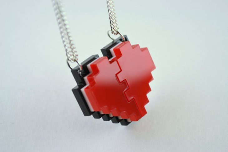 collar de corazón pixeleado