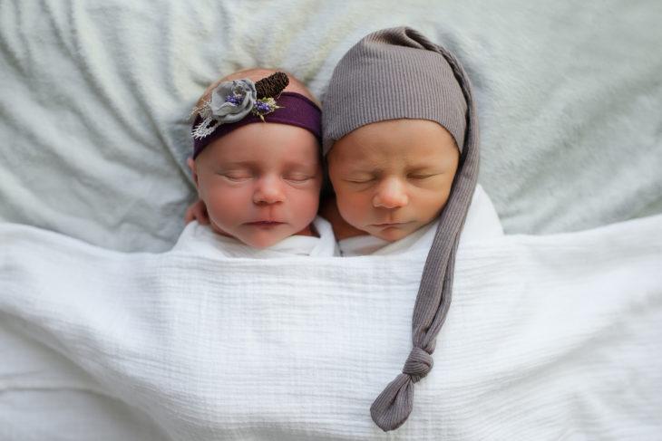 bebés recién nacidos con gorro y diadema