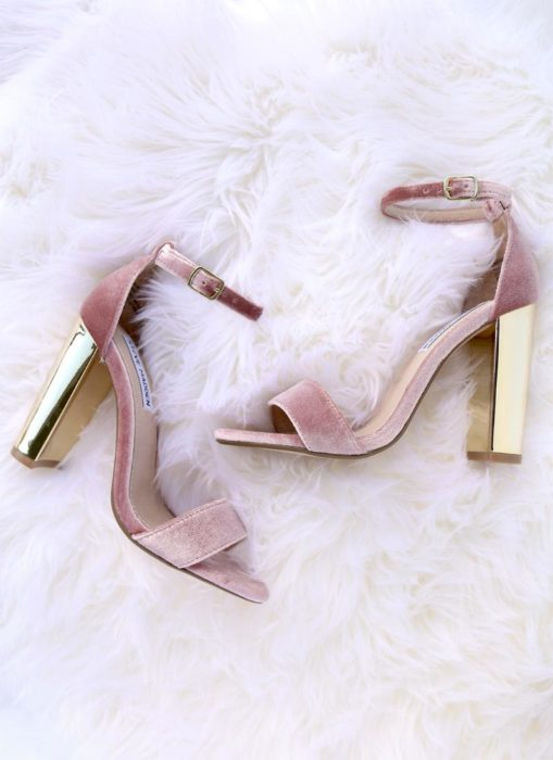 zapatos rosas de tacón y terciopelo