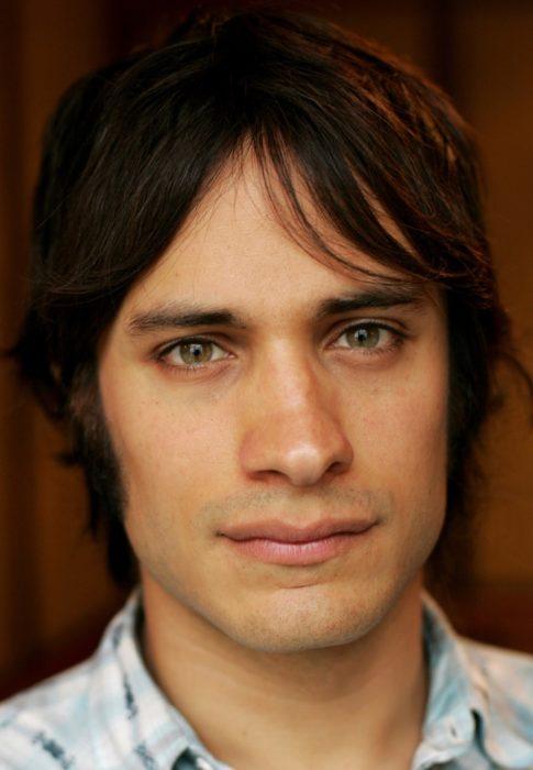 hombre con cabello corto y ojos verdes