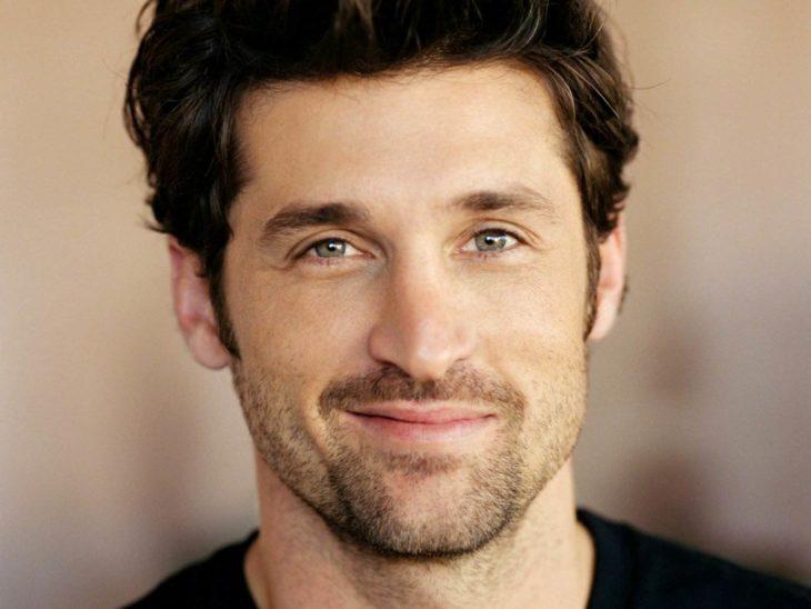 hombre sonriendo con ojos azules