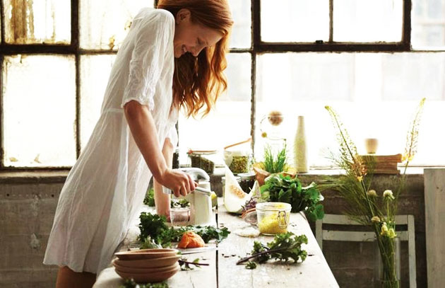 chica cocinando comida sana