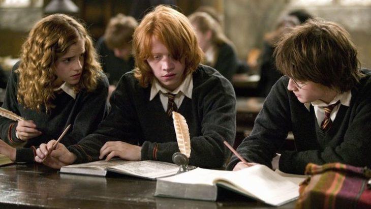 tres chicos sentados leyendo