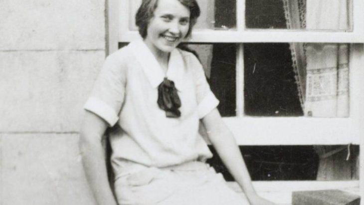 mujer blanca sentada en una banca