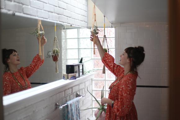 Chica decorando su casa