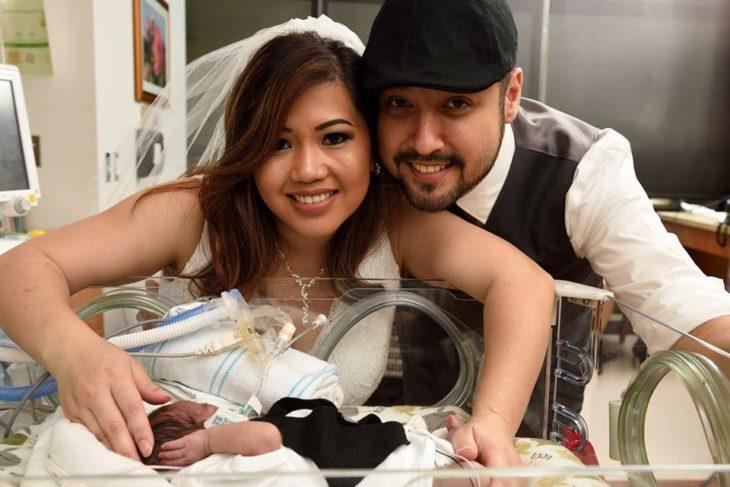 Pareja viendo a su bebé prematuro el día de su boda