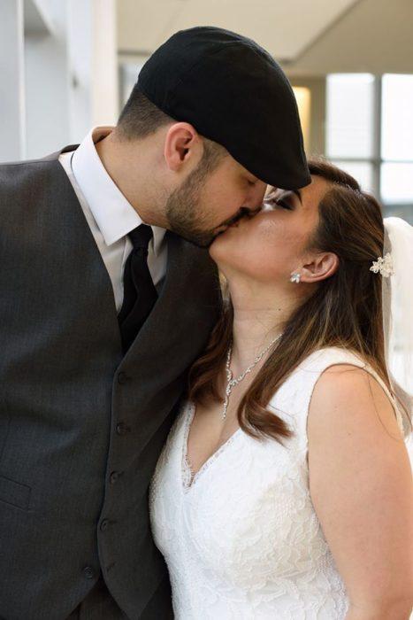 Pareja de novios que se casó en el hospital junto a su bebé