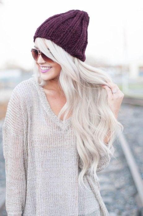 chica de cabello blanco