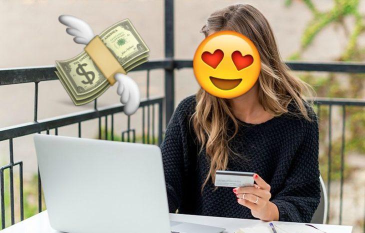 mujer en computadora con tarjeta de crédito