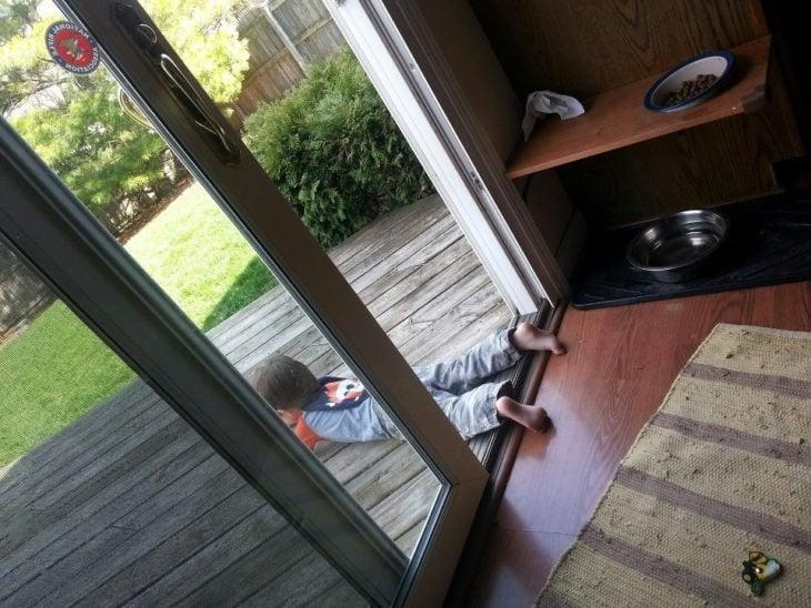 niño acostado afuera de puerta