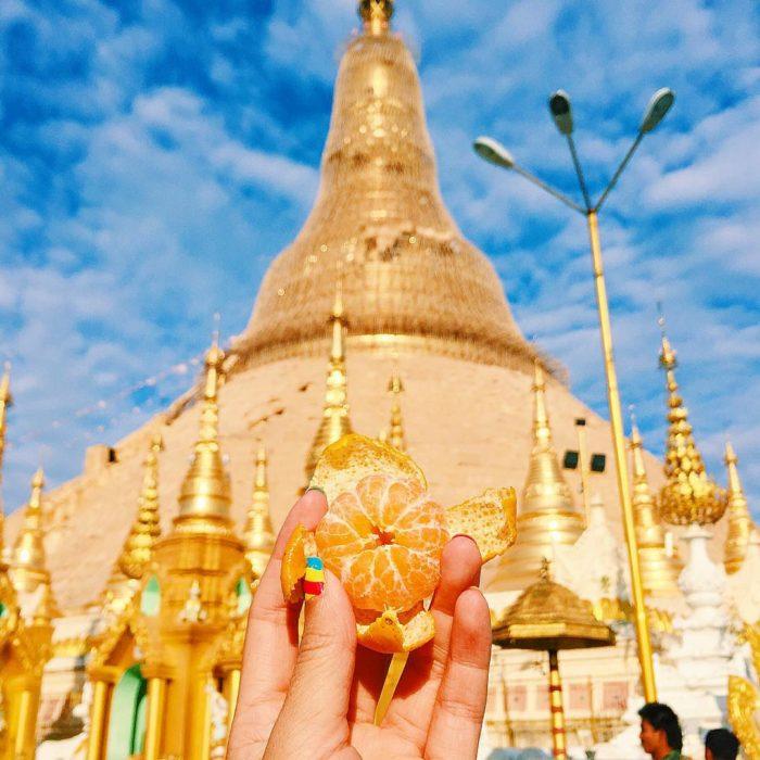 chica comiendo mandariana en birmania