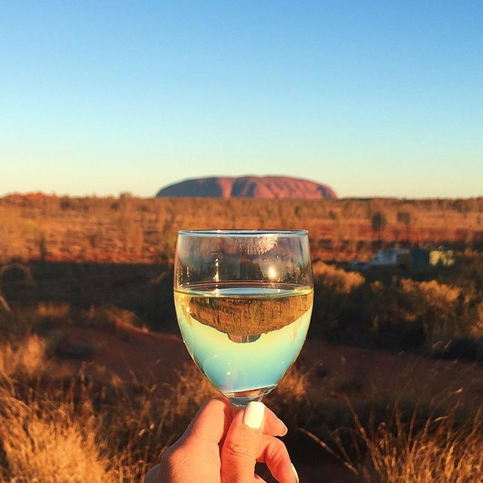 Chica bebiendo en australia