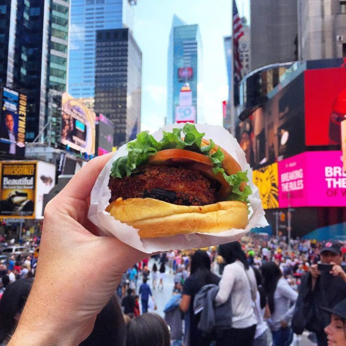 chica comiendo hamburguesas en new york