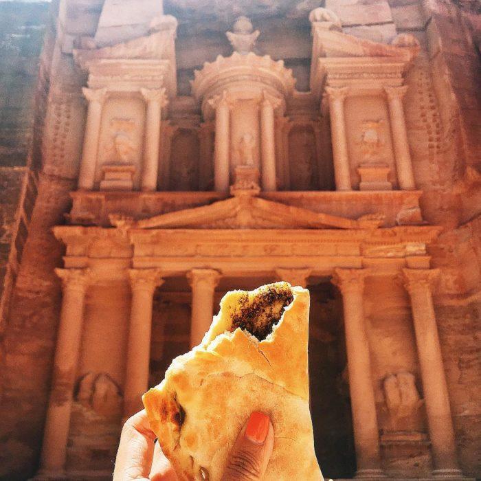Chica comiendo en petra jordania