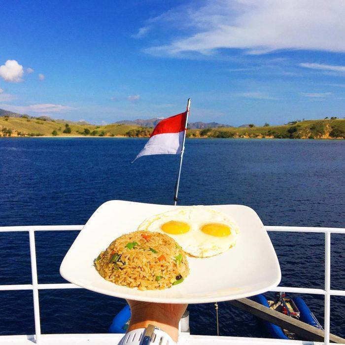 Chica desayunando en Indonesia