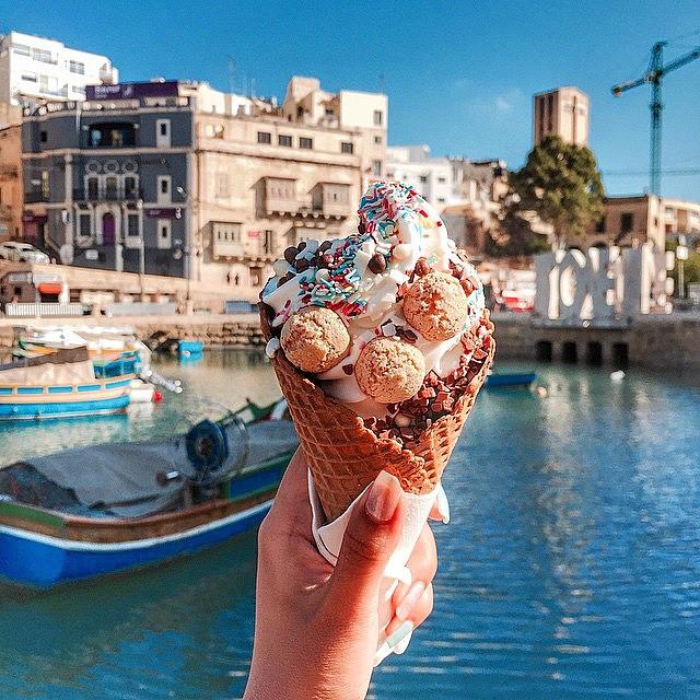 Chica comiendo helado en malta