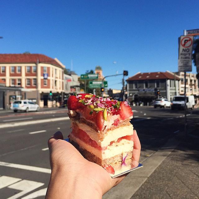 Chica comiendo pastel en sydney