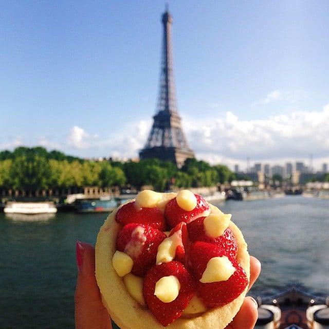 Chica comiendo en Paris