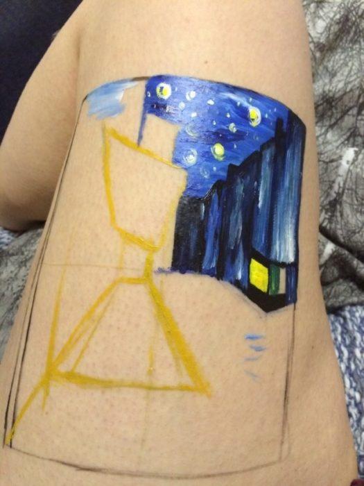 Chica haciendo un dibujo en su pierna en lugar de mutilarse