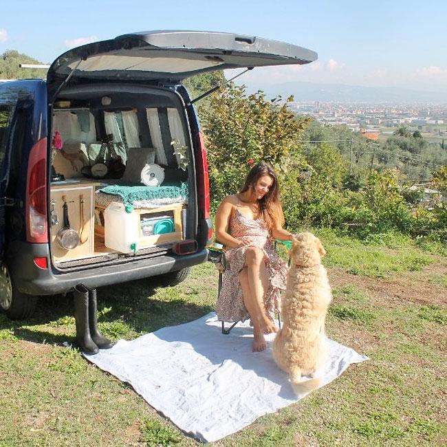 Chica viajando junto a su perro