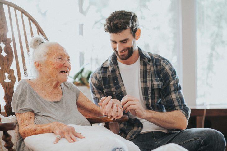 Chico cuidando a una ancianita con cáncer