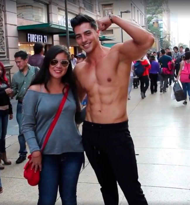 Chico sin playera en el centro de la Ciudad de México