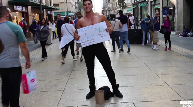 Chico posando sin playera en el centro de la ciudad de México