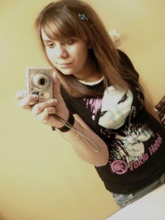 chica tomandose foto frente al espejo