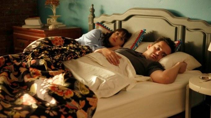 Escena de la serie New girl. Nick y Jess recostados en la cama