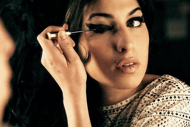 Amy Winehouse maquillandose
