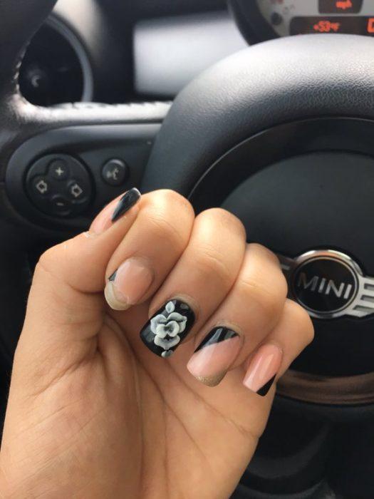 Chica con las uñas quebradas