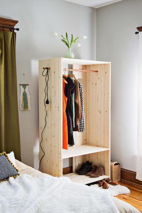 armario con ropa y cajon de madera