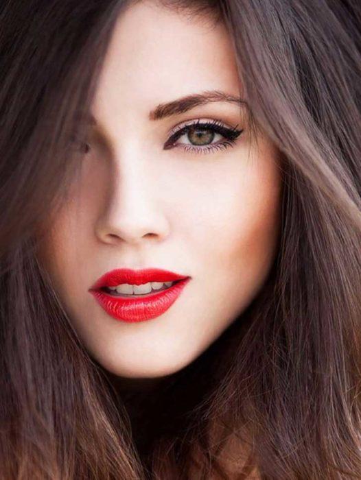 Chica con un tono de labios en color rojo