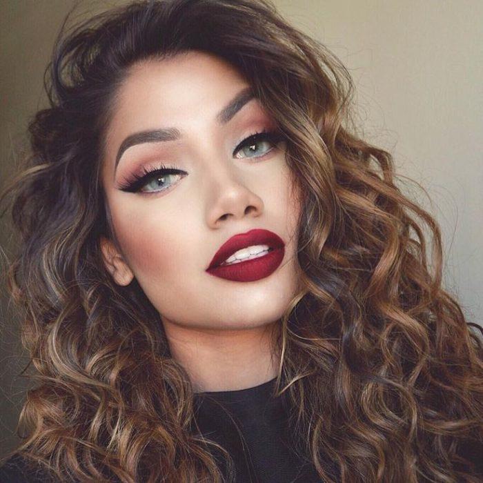 chica con un tono de labios de color vino