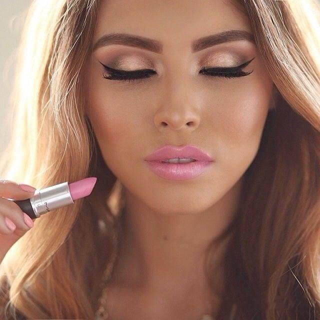 Chica usando un labial color rosa