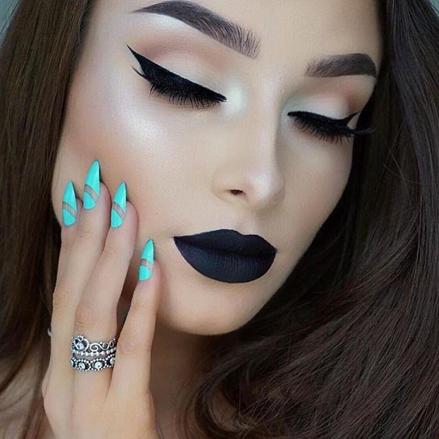 Chica con los labios pintados en color negro