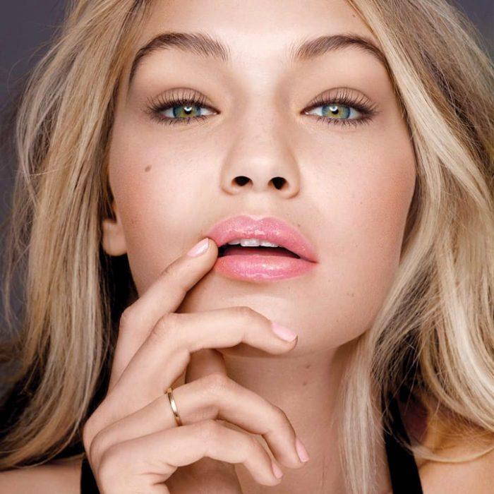 Chica usando gloss en los labios
