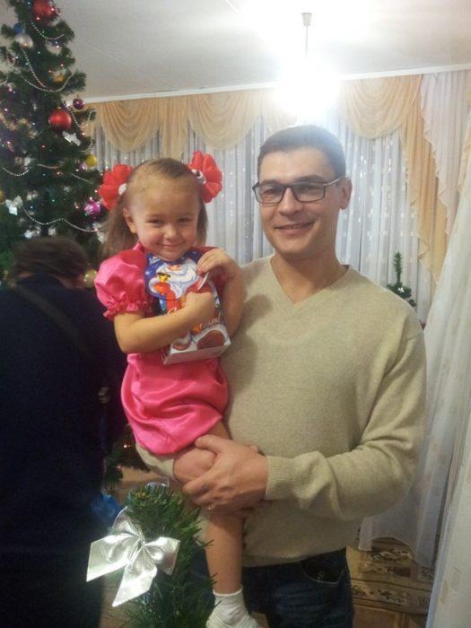 Hombre sosteniendo a una niña en brazos
