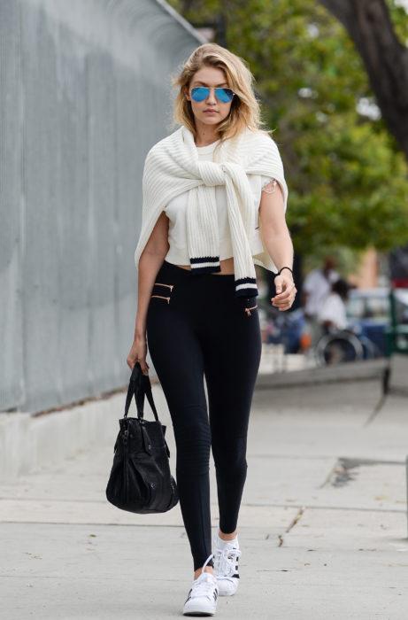 Gigi Hadid caminando por la calle