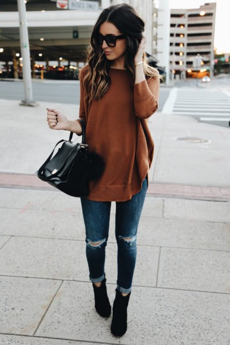 Chica usando un Skinny con suéter oversize
